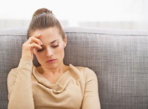 Psychische Belastung – Frau ist nach dem Umzug gestresst