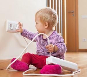 Damit die Wohnung kindersicher wird, müssen Sie bodennahe Steckdosen sichern