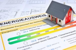 Energieausweis und Modell eines Hauses