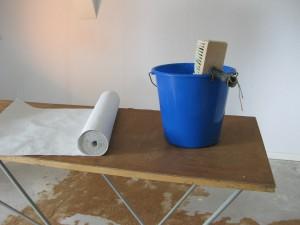 Tapezierutensilien zur Wohnungsrenovierung