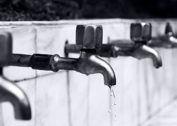 Ein tropfender Wasserhahn verursacht keinen Wasserschaden