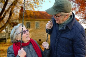 Zwei alte Leute, die im Alter zusammen sind