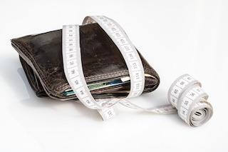 Umzugskosten sparen_ Umwickelte Brieftasche