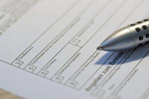 Formular mit Kugelschreiber - Hochzeit Behördengänge