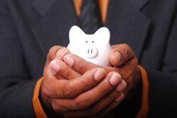 Sparschwein in der Hand – Stromkosten sparen bei Elektrogeräten